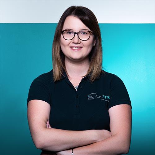 Mitarbeiterin Anna Kraus von AutOptik in Hof, Profi für Autoaufbereitung.