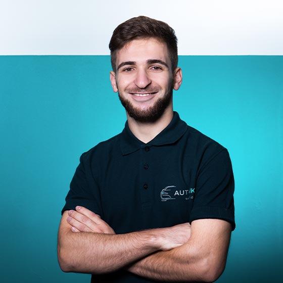 Raif Hamidi, Mitarbeiter von AutOptik in Bayreuth, Profi für Autoaufbereitung.