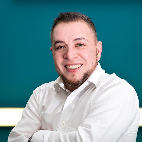 Mitarbeiter Enrico Murgia von AutOptik, Experte für Fahrzeugaufbereitung.