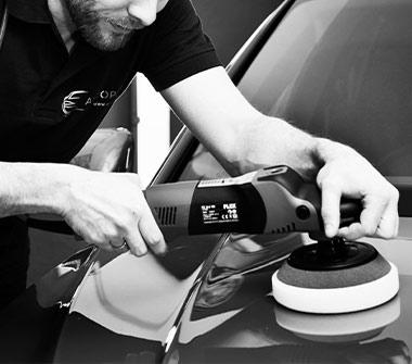 AutOptik-Mitarbeiter poliert Motorhaube von Auto, Liquid Glass Bayreuth, Bamberg, Hof.